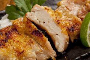 """串刺しの焼き鳥よりジューシーで美味しい""""いわいどりの鶏焼き""""を新宿個室居酒屋旅籠でいかがですか?"""