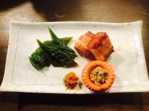 新宿個室居酒屋はたごで、厚切りベーコンと万願寺唐辛子の炙り焼はいかがですか?