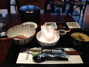 おすすめ朝食、たまごかけご飯のご紹介。新宿駅西口から歩いて3分、かどやホテル