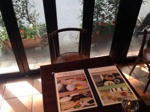 テラスを眺めながら洋食モーニングはいかが?新宿駅西口から歩いて3分かどやホテル